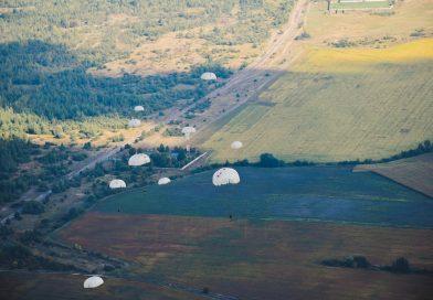 Житомирські десантники виконують програму стрибкі з парашутом