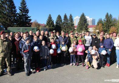 У Львові марунових беретів відвідали зірки українського футболу